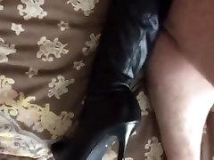 कुत्ता शैली में उसके नाइलन के मोज़े और जूते