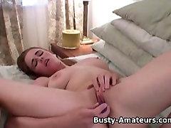 Busty Holly masturbates njeno obrito muco