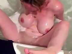 Big Tits, زن با بهره گیری از جت در وان حمام