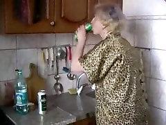 Vene emad Irina - seksi köögis