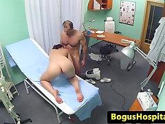 पत्नी से यूरोपीय अस्पताल के ऑफिस में