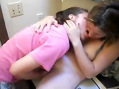 Lésbicas Teen Fingerfucks seu amigo no banheiro