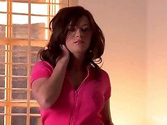 Taylor vaidina su savo pūlingas dėvint rožinės spalvos moteriškas apatinis trikotažas