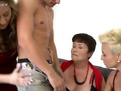 दादी और दो परिपक्व माताओं युवा लड़के&039;s मुर्गा