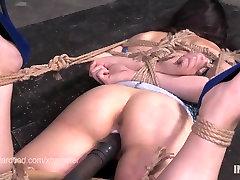 Söta lilla Amy Faye upphängd med rep och dildoed