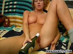Horúce amatérske dievča s veľkými kozy, toying s fľašou