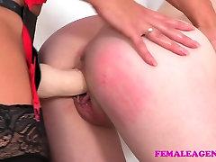 FemaleAgent Seksi agent prevladuje litje z veliko trak na