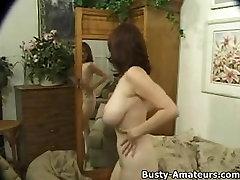 Busty Kathyns imemiseks oma tissid ja mängib tema tuss