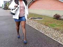 Madinga mėlyna džinsinio sijonai ir mėlynos spalvos aukštakulniai