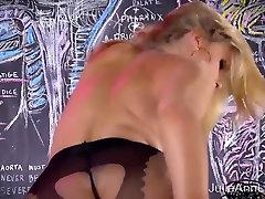 Seksualus Milf Julia Ann Megztinis striptizas & Solo!