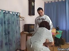 Siuvimo sena močiutė kregždės klientų&039;s gaidys