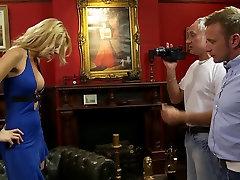 Pikkade juustega blond on licked oma tutti enne saada kinnitatud kõva threesome
