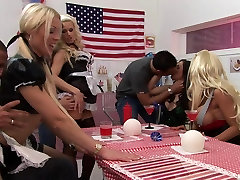 वेश्या में&039;s indan sexy holte clip चोदना मुर्गा रसोई घर की मेज पर