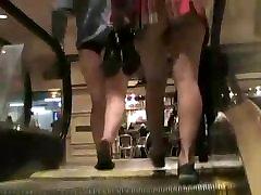 लहंगे में बहुत ही छोटी स्कर्ट