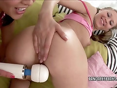 किशोर, वेरा के साथ खेल रहा है उसकी प्रेमिका ट्रिनिटी