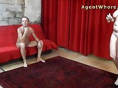 BUSTY एजेंट वेश्या से पता चलता है स्तन मालिश करने के लिए बूढ़े आदमी