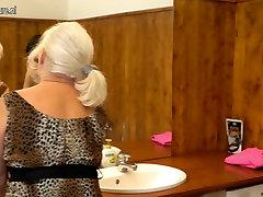 Starica совратила mladu djevojku u kadi