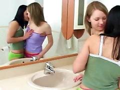 Duas lésbicas no banheiro