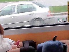 2 בנות משחקות עם עצמם על הציבור רכבת