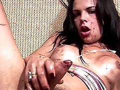 Črna tgirl zajeti v cramy puss eating smetano kapi in eksplozije