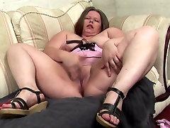 Seksualus nekilnojamojo mamos su dideliais zylės ir šlapias cunts