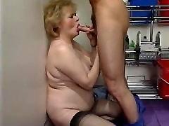 Šviesūs plaukuotas granny masturbuojantis ir pakliuvom