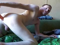 Ass jāšanās ar jauku gumijas vibro-dildo uz webcam show