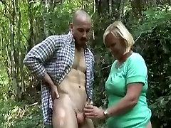 Apaļš vecmāmiņa ņem dicking mežā
