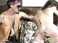 Kazen za flaunting njene velike prsi saggy