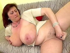 परिपक्व रानी माँ के साथ africas calling स्तन और भूख लगी योनी