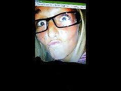 Corrida homenaje rubia adolescente en gafas