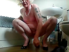 sissy karen montando vibrador de novo na casa de banho