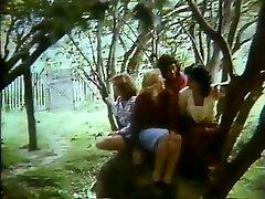 brother suck feet under desk : Quatro Noivas पैरा Sete Orgasmos 1986
