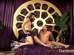 Bossy härskarinna straffar hennes pojkvän med en mycket smärtsam