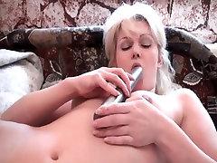 Brandaus amžiaus moteris, masturbates su savo dildo
