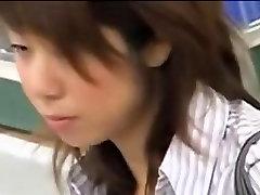 בחורה אסייתית מי שקורא את זה בקלטת על ידי seachvideos shower virgin מציצן