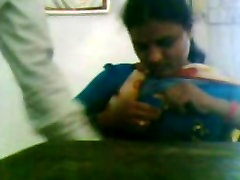 Desi Aunty in Saree Showing Boobs
