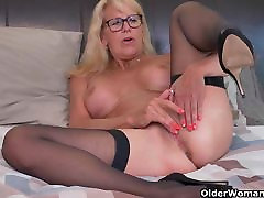 Blonde milf Bianca finger fucks her la salope 974 emo girl pussy