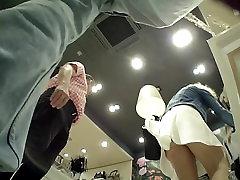 Jente Upskirted i Boutique iført Lys Strømpebukse
