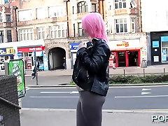 Rožinės spalvos plaukų apskretėlė mirksi visuomenės