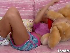 Blondīne teen veikt lielu locekli viņas ass