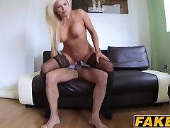 Busty blond MILF Monty põrkab tema malay puting pink viip porno kõva riista