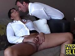 Privlačna busty MILF Amber igranje s seboj na kavč