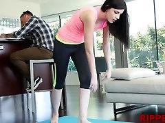 Breds dod viņai jogas mīloša māsa Miranda dažas julia ann blow job jāšanās