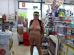 Vecchia cagna mostra la figa in negozio