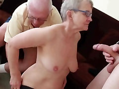 Senelis ir močiutė su berniukas