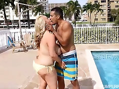 Busty Blondīne MILF Kendra Kox Izpaužas Fucked pie Baseina
