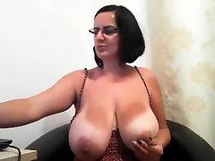 MILF su akiniais demonstruoja savo big boobs