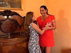 POSH Busty mati zapeljevati služkinjo najstniško hči