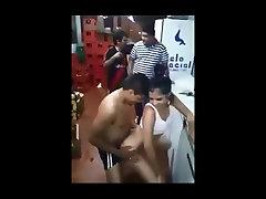 Tailando paauglių verdančio juosmens šokių sandėlyje